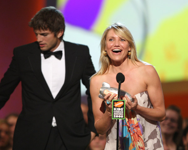 cameron-diaz-ashton-kutcher-on-stage-2