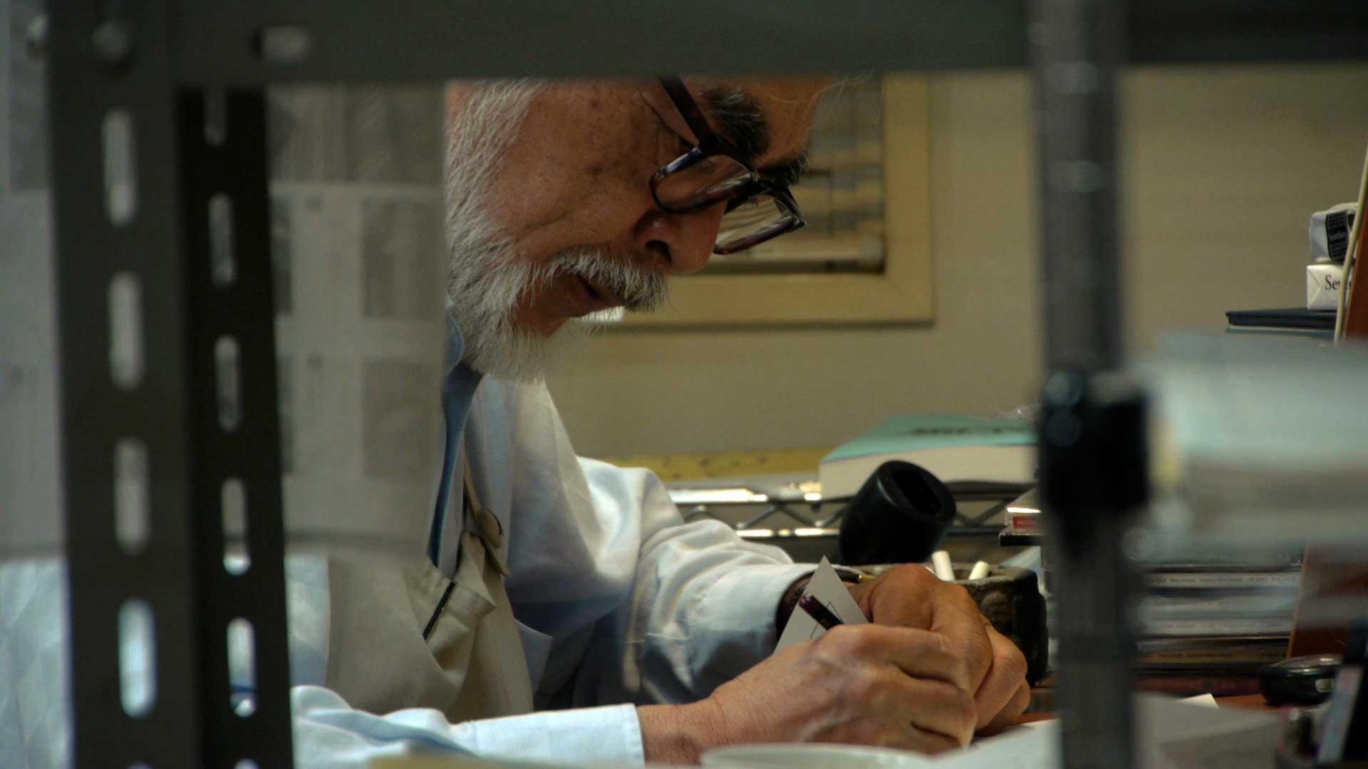 Hayao-Miyazaki-working-on-THE-WIND-RISES-©-2013-dwango