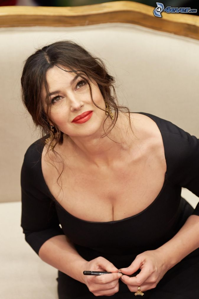 monica-bellucci-vestido-negro-mirada-rotulador-235172