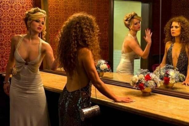 Jennifer-Lawrence-besa-a-Amy-Adams-en-American-Hustle