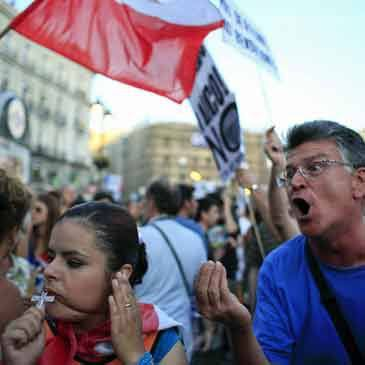 """Esta imagen de un """"laico"""" insultando a una católica asistente a las Jornadas Mundiales de la Juventud de 2011, en Madrid, dio la vuelta al mundo. Menuda forma de fomentar el turismo, digo."""