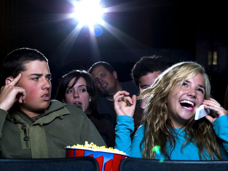 personas-que-no-se-comportan-en-el-cine-1